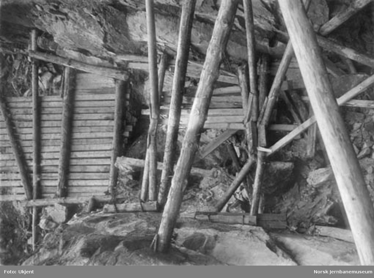 """Treforbygning i en """"fjeldskorte"""" over tunnel på Vossebanen"""