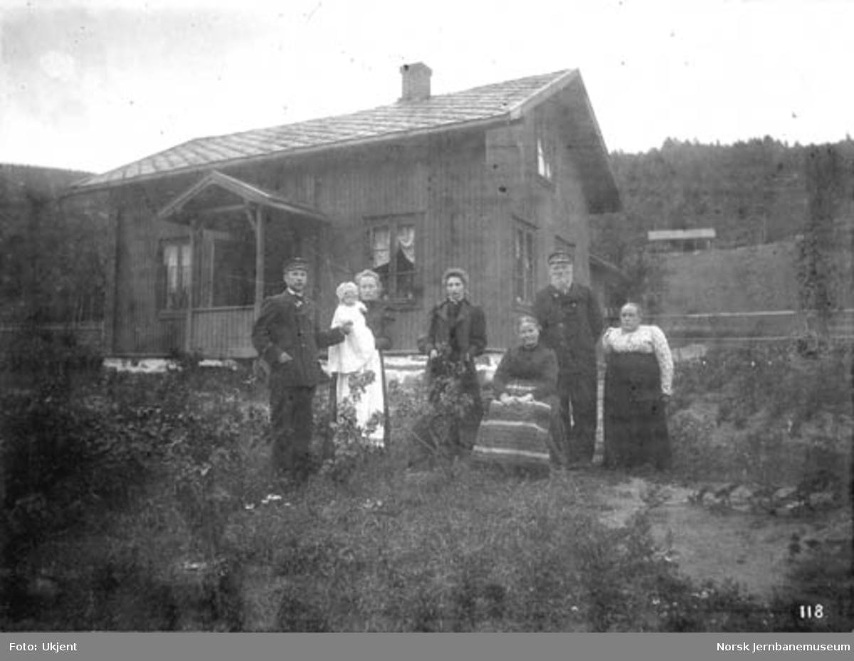 Banevokter Ole Løftingsmo med familie utenfor sitt bolighus på Fåberg