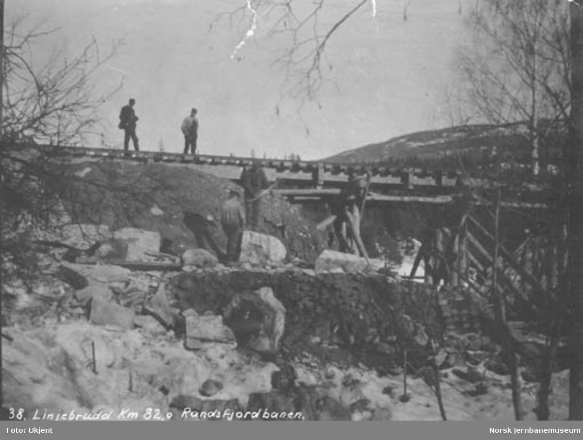 Linjebrudd ved km 82,0 på Randsfjordbanen, trolig som følge av flom