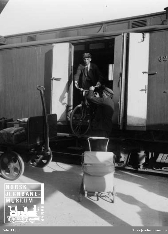 Utlasting av reisegods fra konduktørvogn i persontog