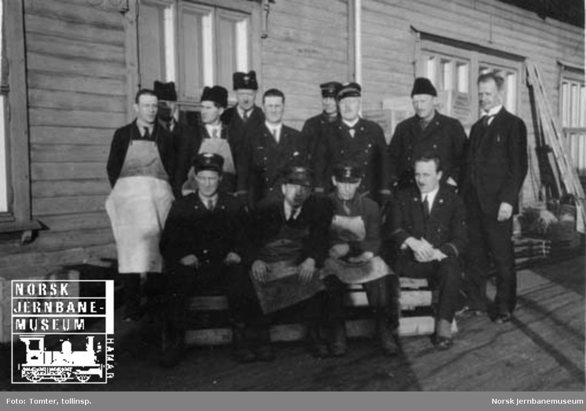 Ansatte ved godsekspedisjonen på Hamar oppstilt for fotografering