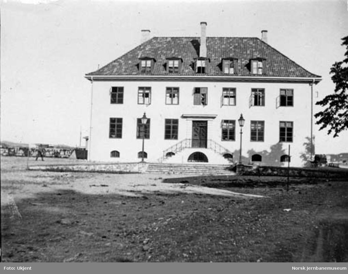 Kragerø stasjonsbygning fra bysiden