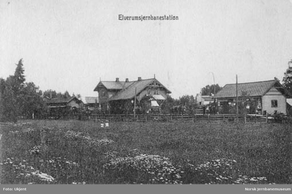 Elverum stasjon med tog ved plattformen