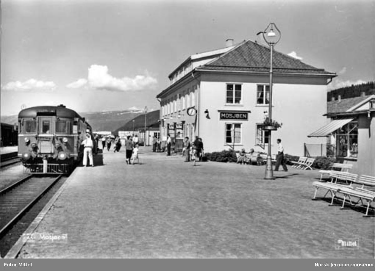 """Mosjøen stasjon med sørgående """"Nordlandsekspressen"""" i spor 1"""