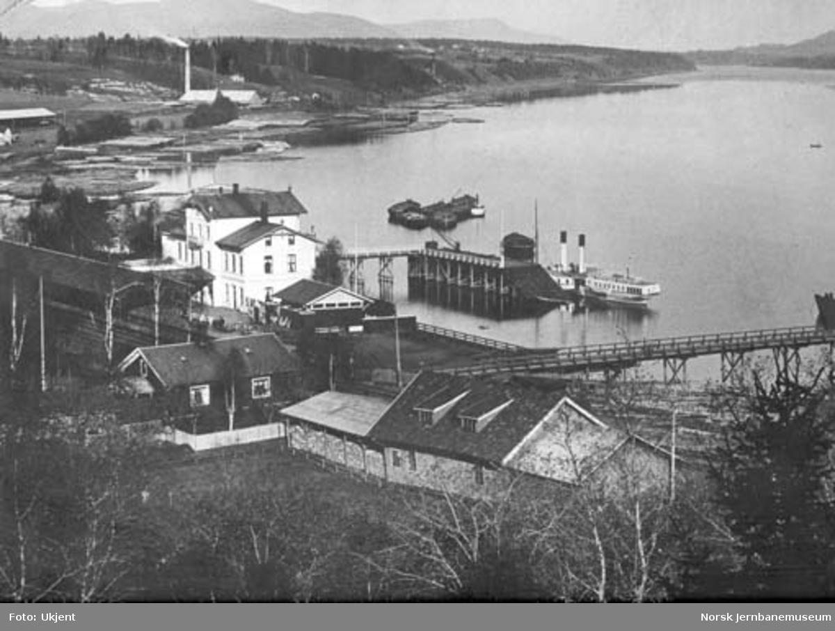 Oversiktsbilde over Eidsvoll med stasjonen og dampskipsbrygga