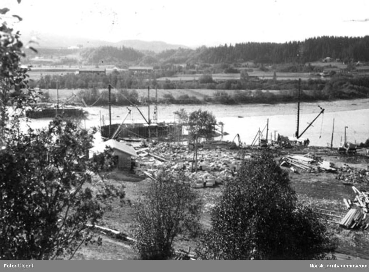 Bru over Namsen ved Bertnem : oversiktsbilde sett mot Øisletta med søndre pillar til venstre