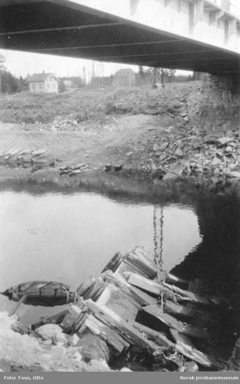 Rester av gammelt vannkrafthjul med skovler i Sagelva ved Fjellhamar