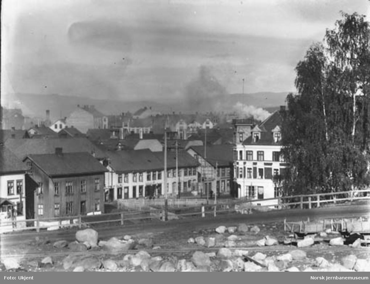 Parti fra Gjøvik med trallespor for jernbaneanlegget i forgrunnen