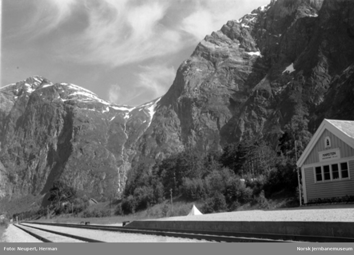 Marstein godshus med fjellene i bakgrunnen