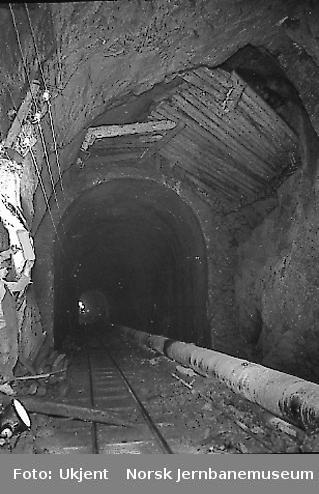 Et parti i Kvineshei tunnel, vestre innslag, som senere skal utmures. I tunnelbunnen ventilasjons- og trykkluftrør