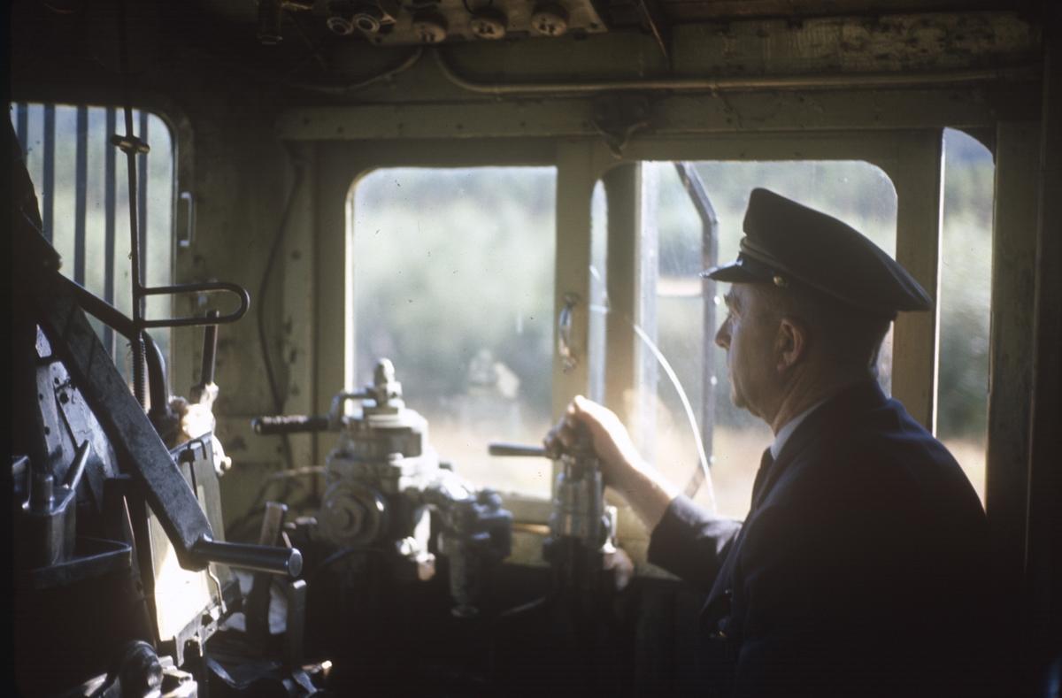Lokomotivføreren på sin arbeidsplass, førerrommet på et damplokomotiv