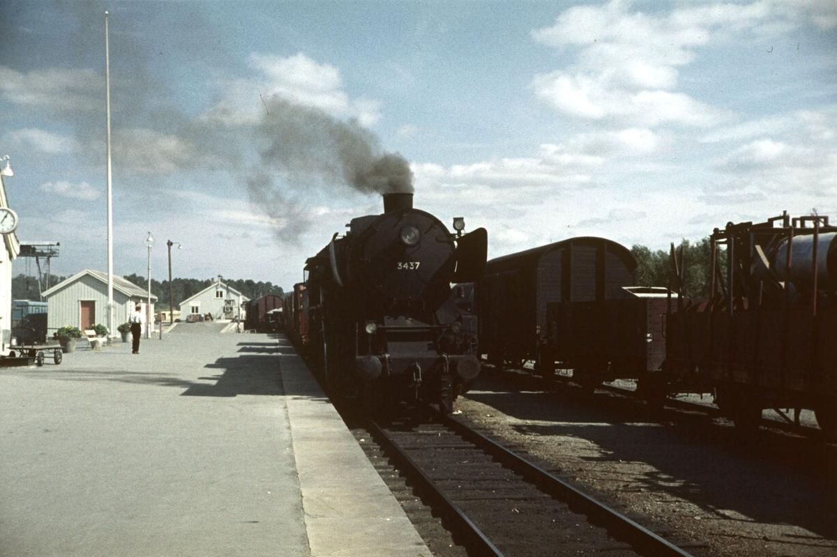 Sydgående godtog ankommer Oppdal stasjon