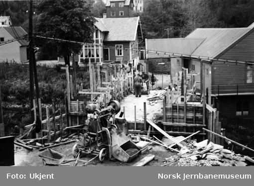 Vossebanens ombygging : støping av ny overgangsbru ved Jansens fabrikker