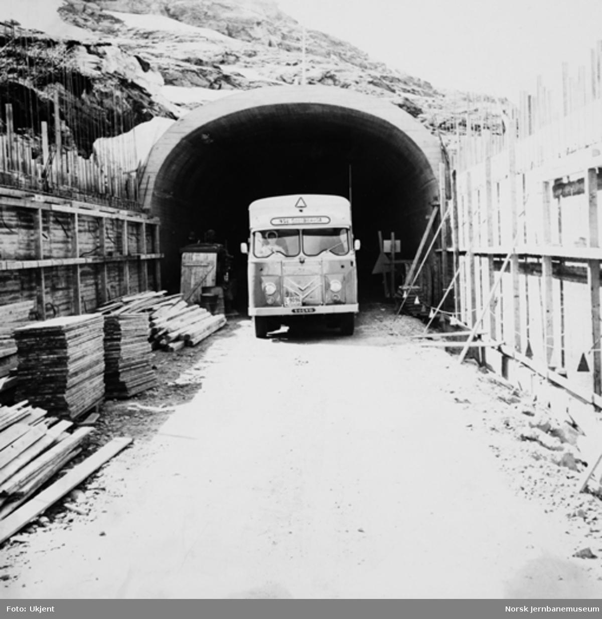 Lastebil L-9096 på NSBs rute over Haukeli