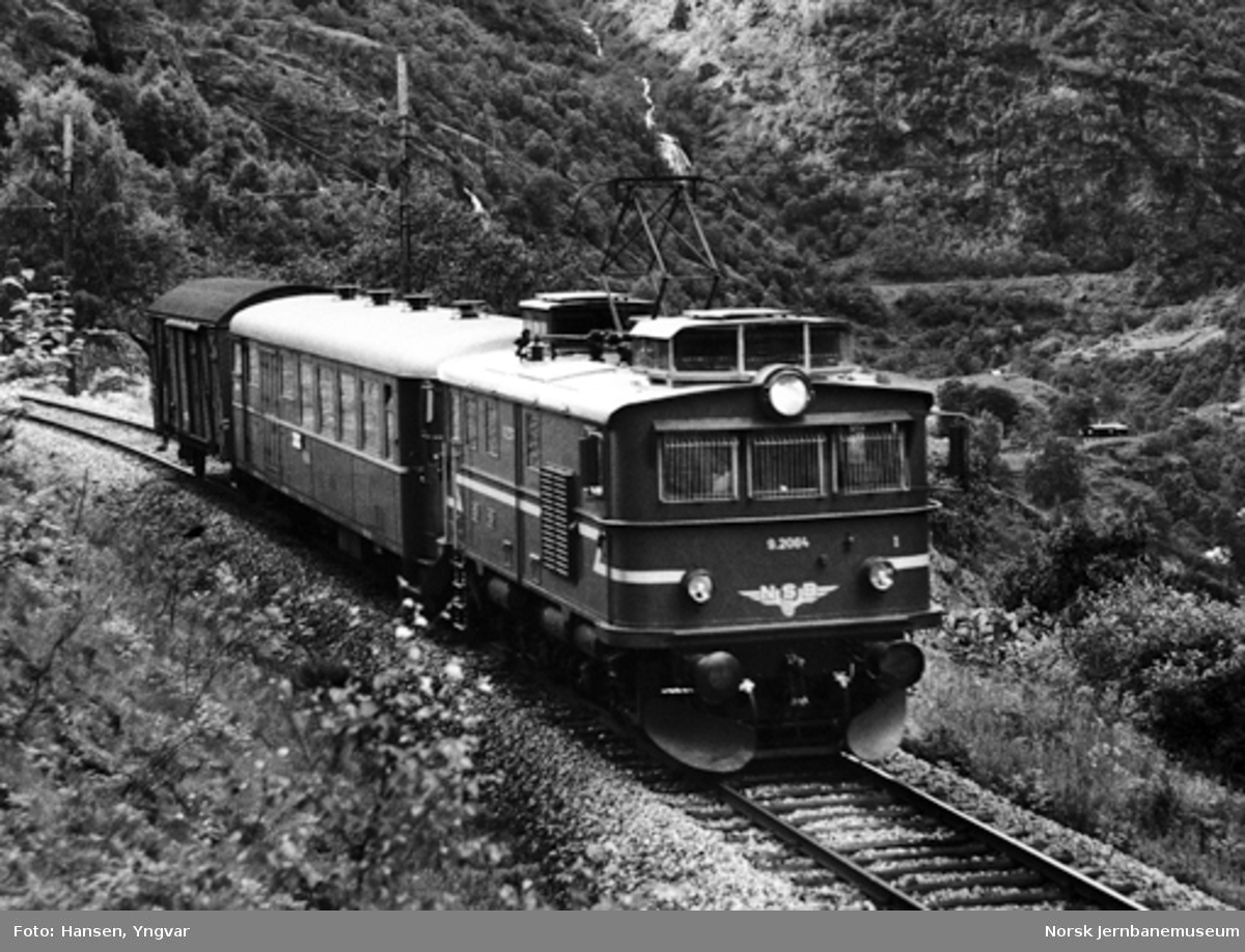 Elektrisk lokomotiv El 9 nr. 2064 med tog i Flåmsdalen