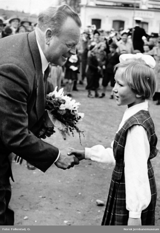 Jubileet i 1954 : Generaldirektør Stokke overrekkes blomster på Eidsvoll