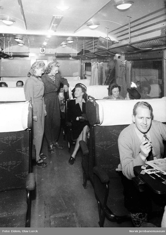 Reisende i ekspresstogsett type 88