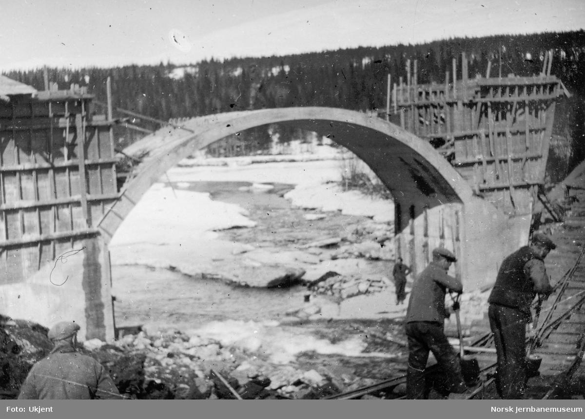 Bygging av Grønfjellåga bru : sett fra søndre oppstrømsside av gjenopptakelse av arbeidet