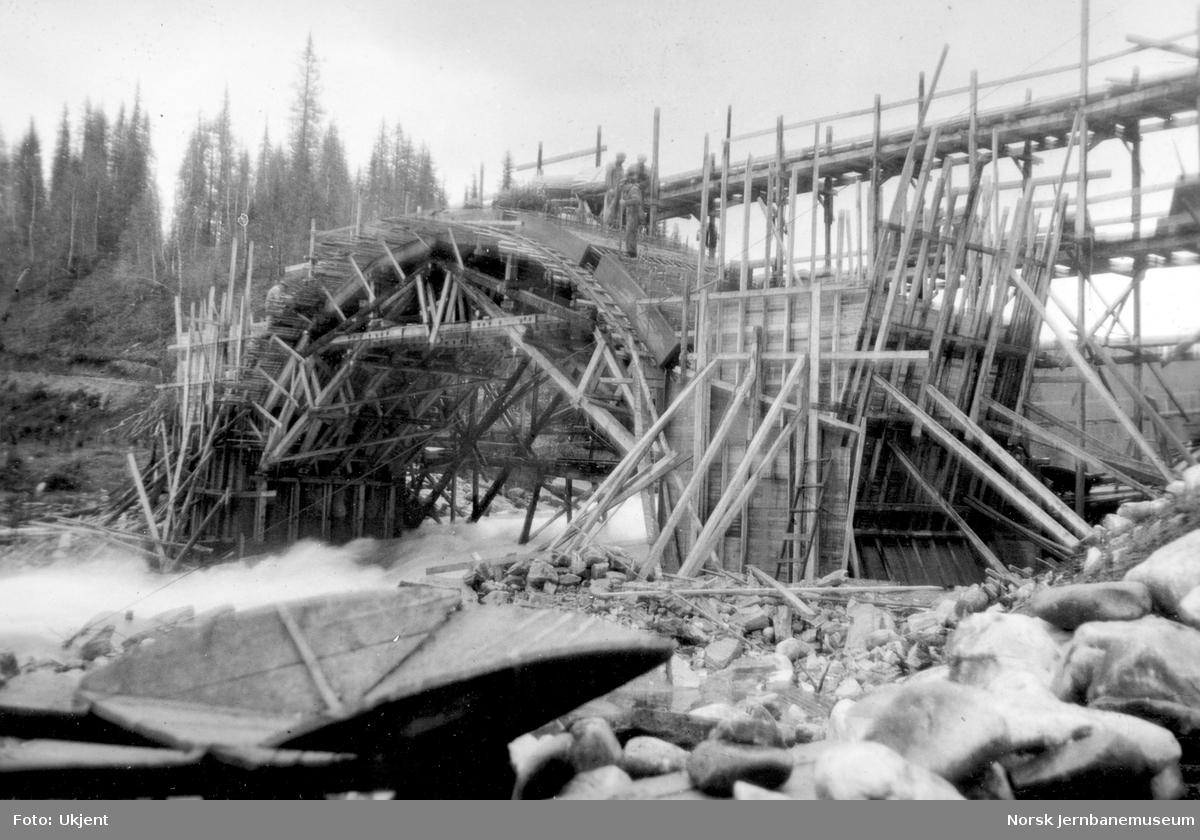 Bygging av Grønfjellåga bru : ferdigstøpte lammer i buen