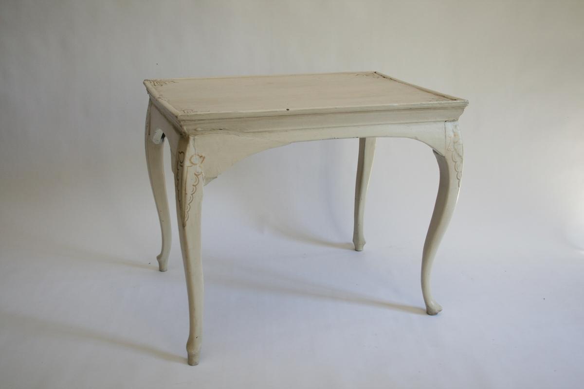 Enkelt, hvitt, svungne ben, regence enkel plate m/opphøyd kant.  Ikke skuffer, gulmalte ornamenter