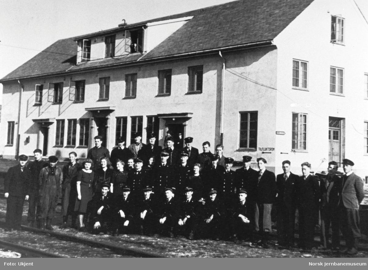 Personalet ved Mo i Rana stasjon våren 1944 (bilde 2 av 2)