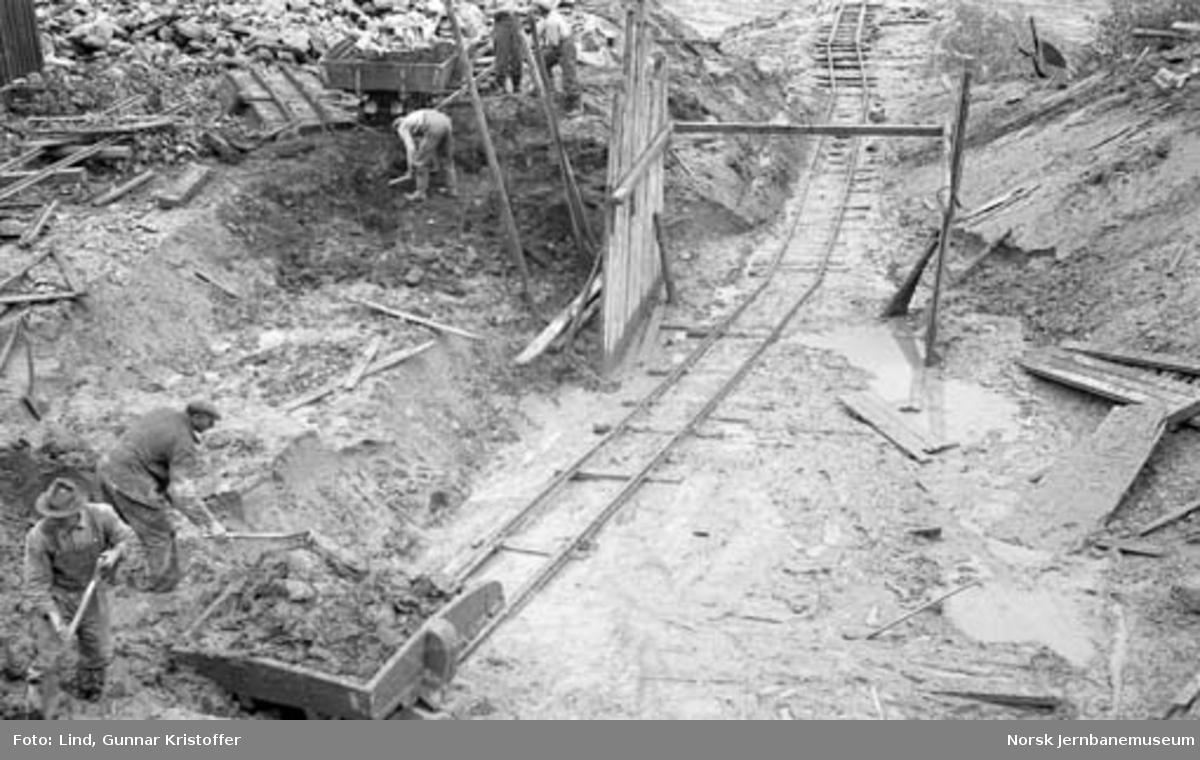 Nordlandsbaneanlegget : graving av fundament for stikkrenne i Båtsvika
