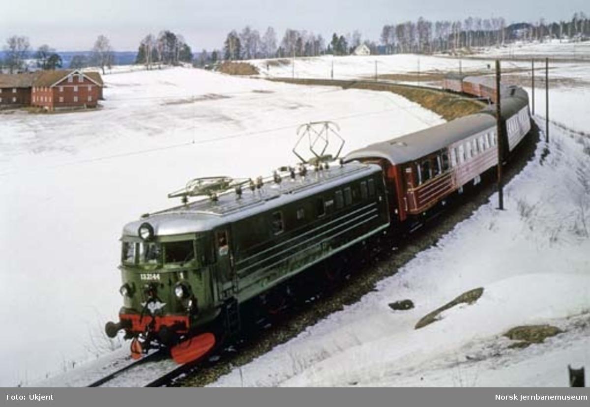 Elektrisk lokomotiv El 13 nr. 2144 med persontog sør for Tangen stasjon