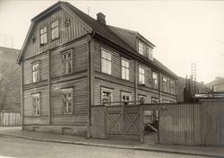 Bakkegaten 23, Oslo. Enden og baksiden av huset tatt fra gat