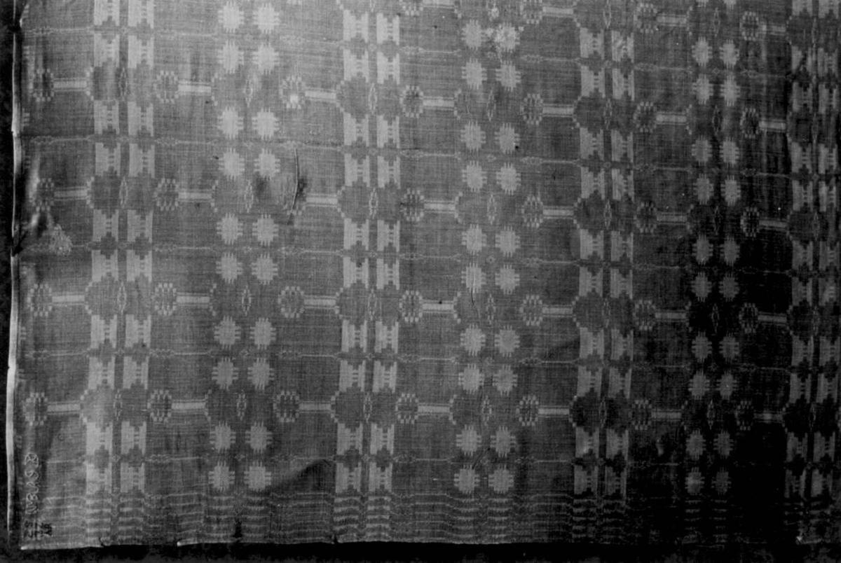 Hvit serviett i dreiel med geometrisk mønster. Fra sutten av 1700-tallet.