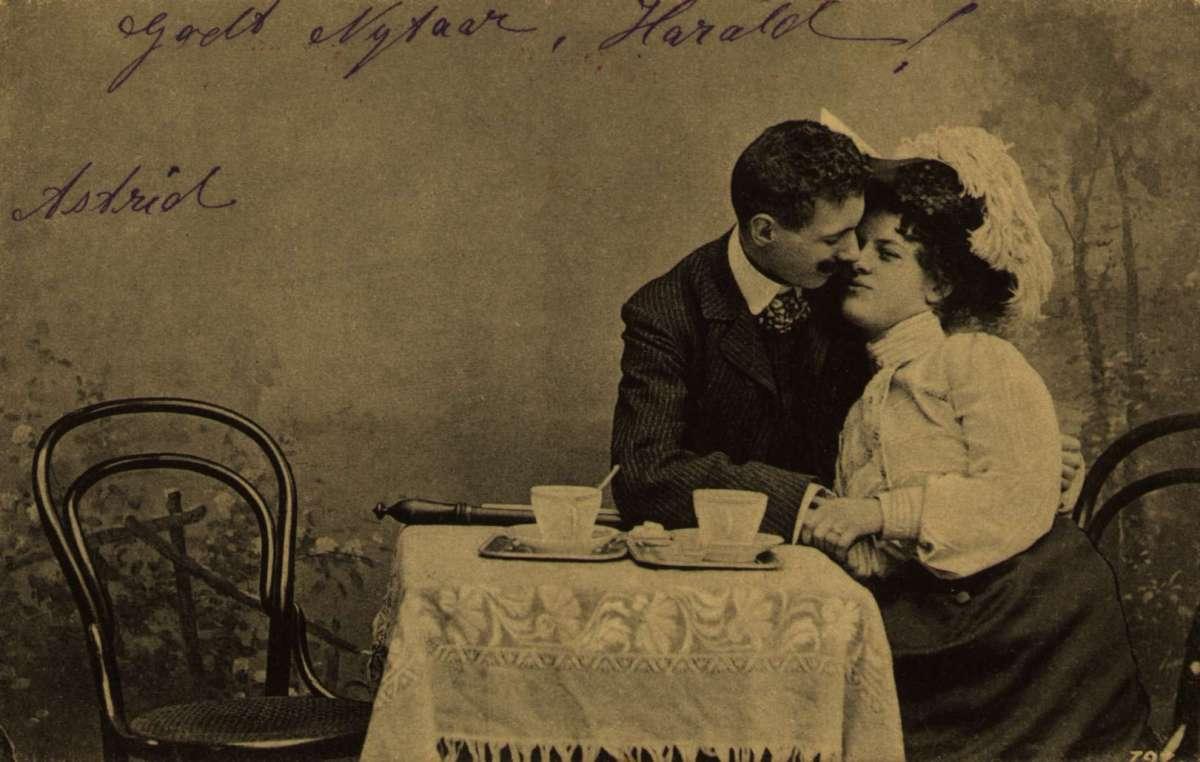 Postkort. Nyttårshilsen. Kurtisekort. Et ungt par i heftig flørt.