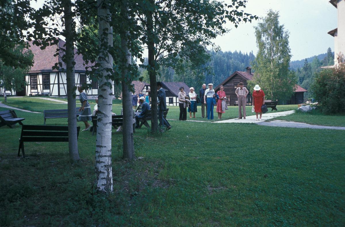 Serie fotografier fra en pensjonistutflukt, Den Norske Husflidsforening, 1982.