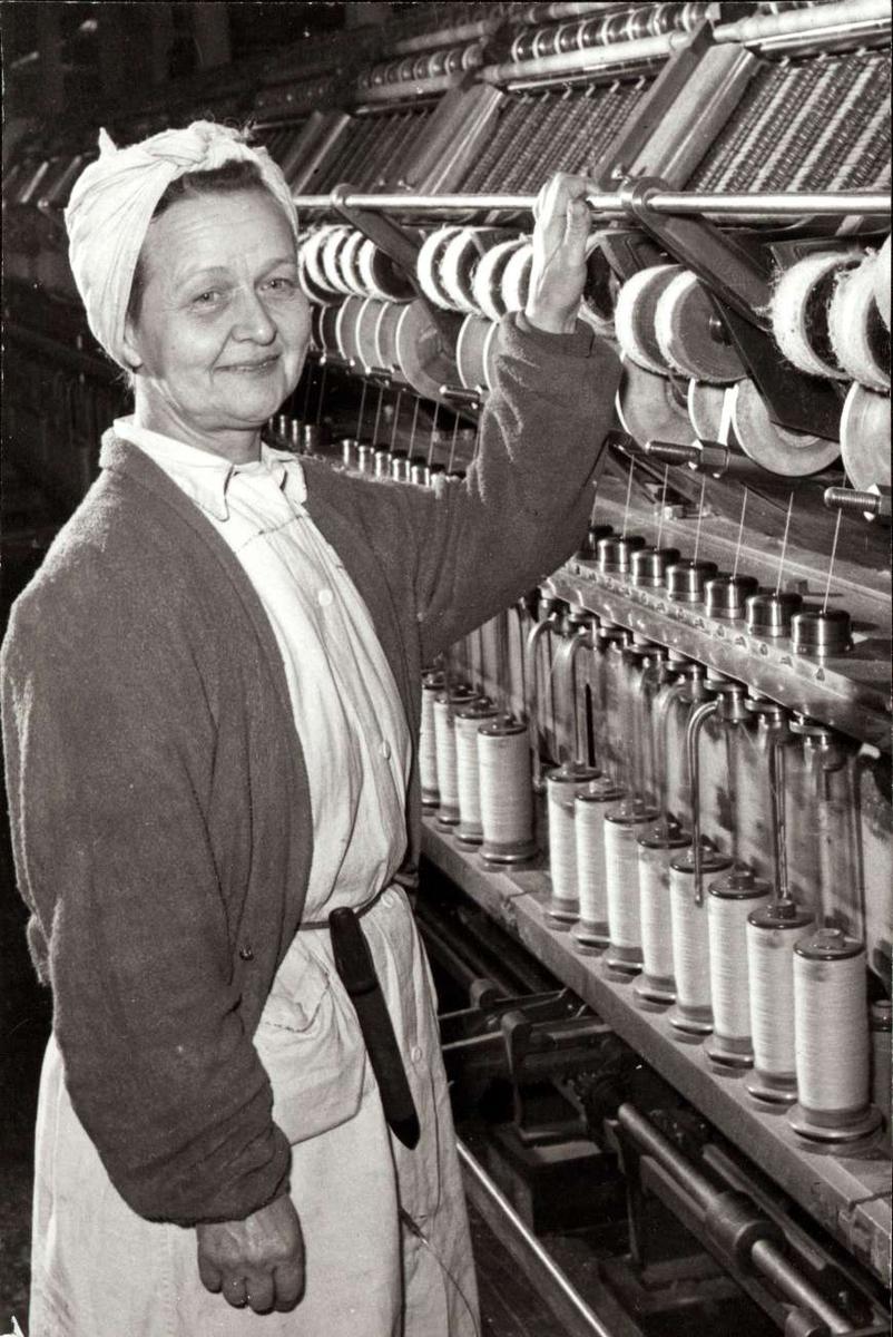 Personalalbum fra Christiania Seildugsfabrik, påbegynt i 1956. Portrett av Olga Hoel ved gillspinner. Født 18.09.1902. Ansatt 15.04.1925. 32 års tjeneste 1957. Økonom fra 1940.