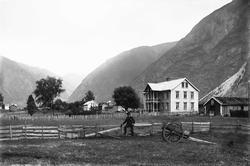 Blaaflat hotell og kyststasjon i fjell- og dallandskap. Mann