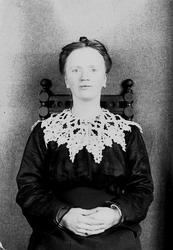 Portrett av kvinne, ant. fotografens kone Margrethe Q. Wibor