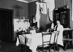 Interiør med mann og kvinne,  Axel Q. Wiborg med antatt sin