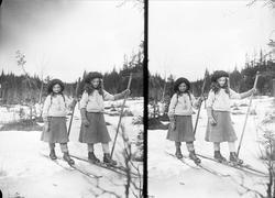 Gudrun og Karen Q. Wiborg på ski. Holoa, Hadeland, Jevnaker,