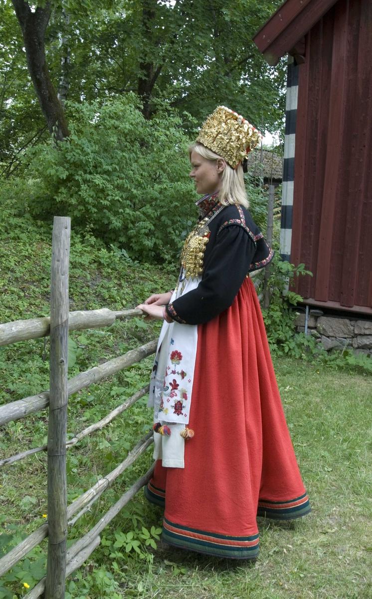 En serie bilder av kvinne i brudedrakt fra Telemark.