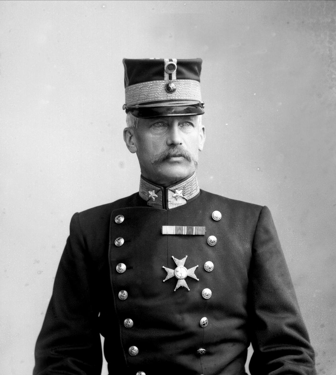 Portrett, Trygve Olavsøn Klingenberg (1842-1932), i uniform som generalmajor som reglementert fra 1899.