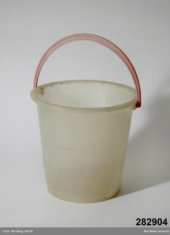 Materialet är etenplast enligt konservator Thea Winther 2010.
