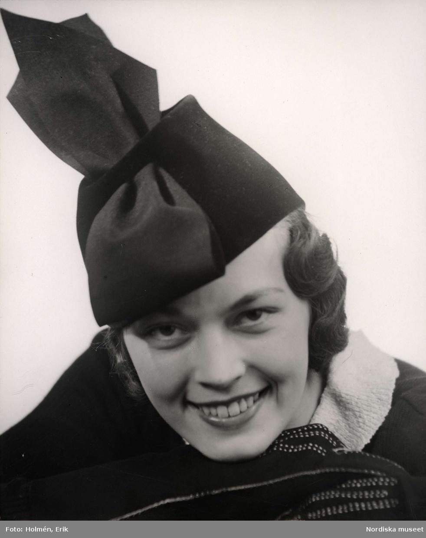 Modell med damhatt. Hattar på NK (Nordiska Kompaniet) i Stockholm, oktober 1936.