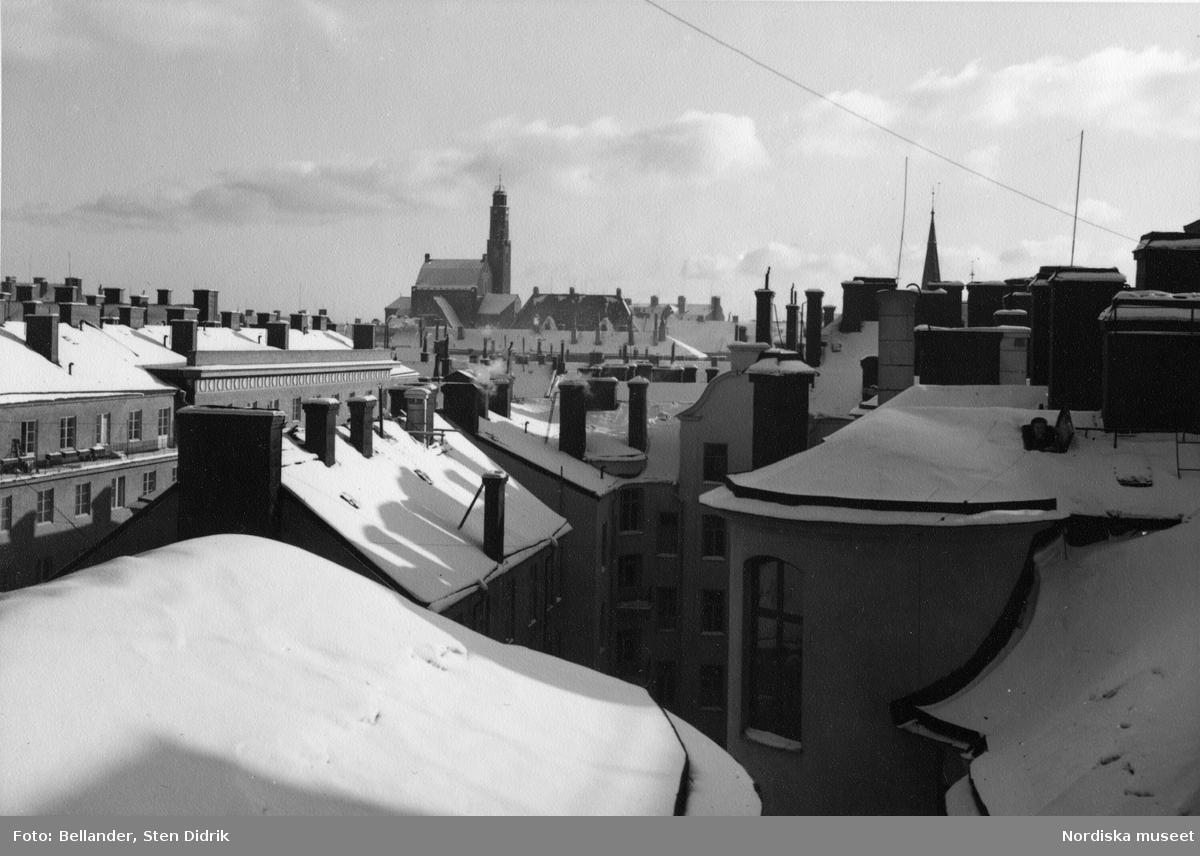 Vy över snötäckta tak från fastigheten på Birger Jarlsgatan 112 mot Engelbrektskyrkan.