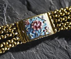 Halskedja av guld med lås i emalj. Låsets baksida försett me