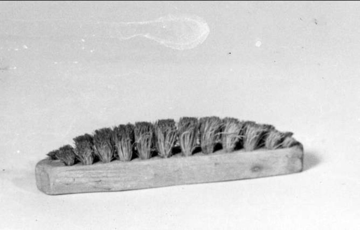 Smal borste med randad ljus borst. Borsten användes vid glaseringen för att borsta bort överflödig glasyr från kaklets kanter.