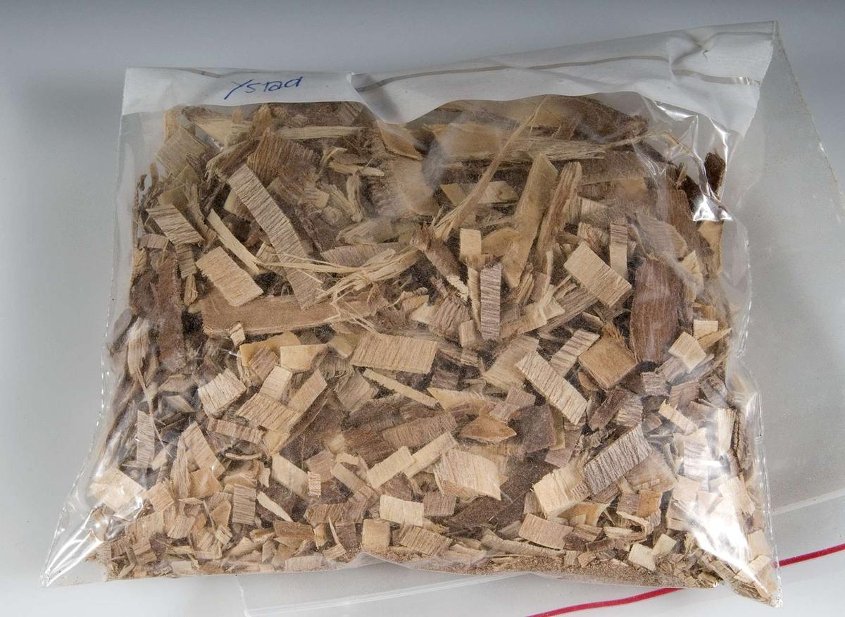 Bark från förpackning UM18215a: Vit papperspåse med svart tryck. Innehåller quillayabark, som användes för rengöring och tvättning av ylle- och sidentyger.