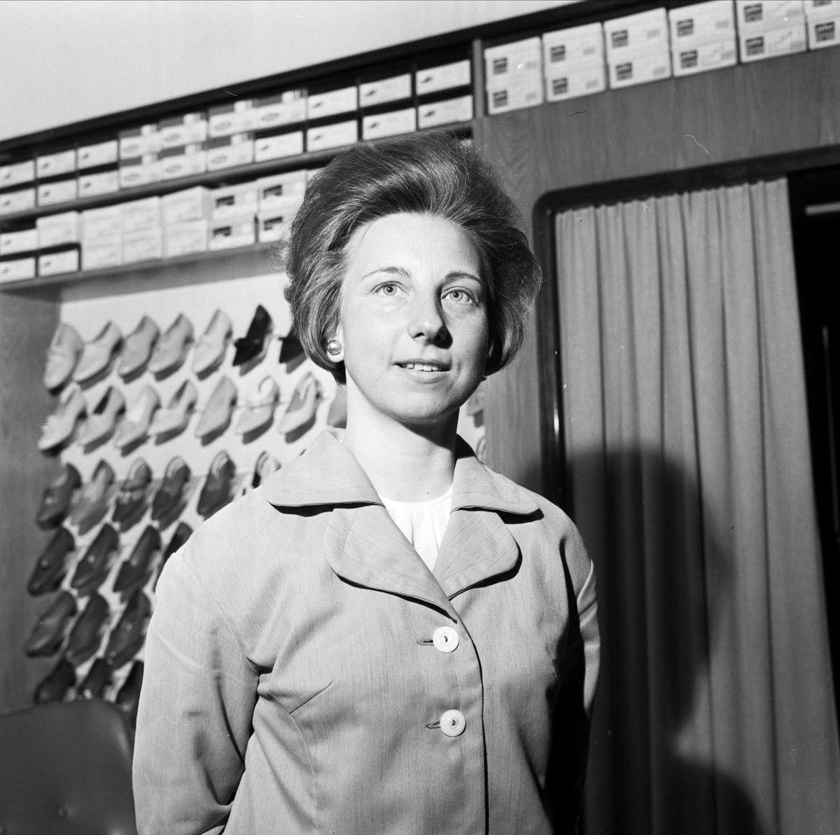 Kvinna i skoaffär, Tierp, Uppland april 1967