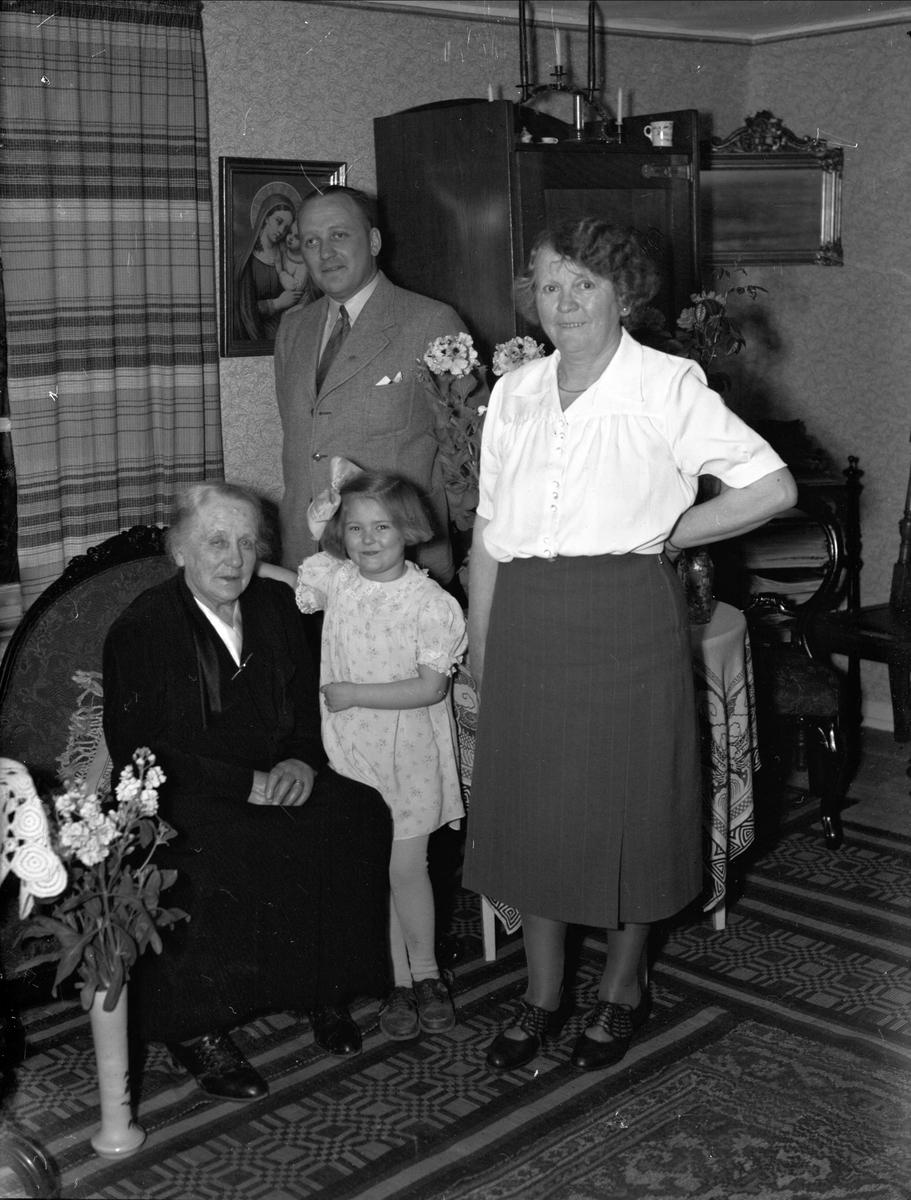 Födelsedagsporträtt - Matilda Carlsson i hemmiljö, Kungsgatan, Uppsala 1944