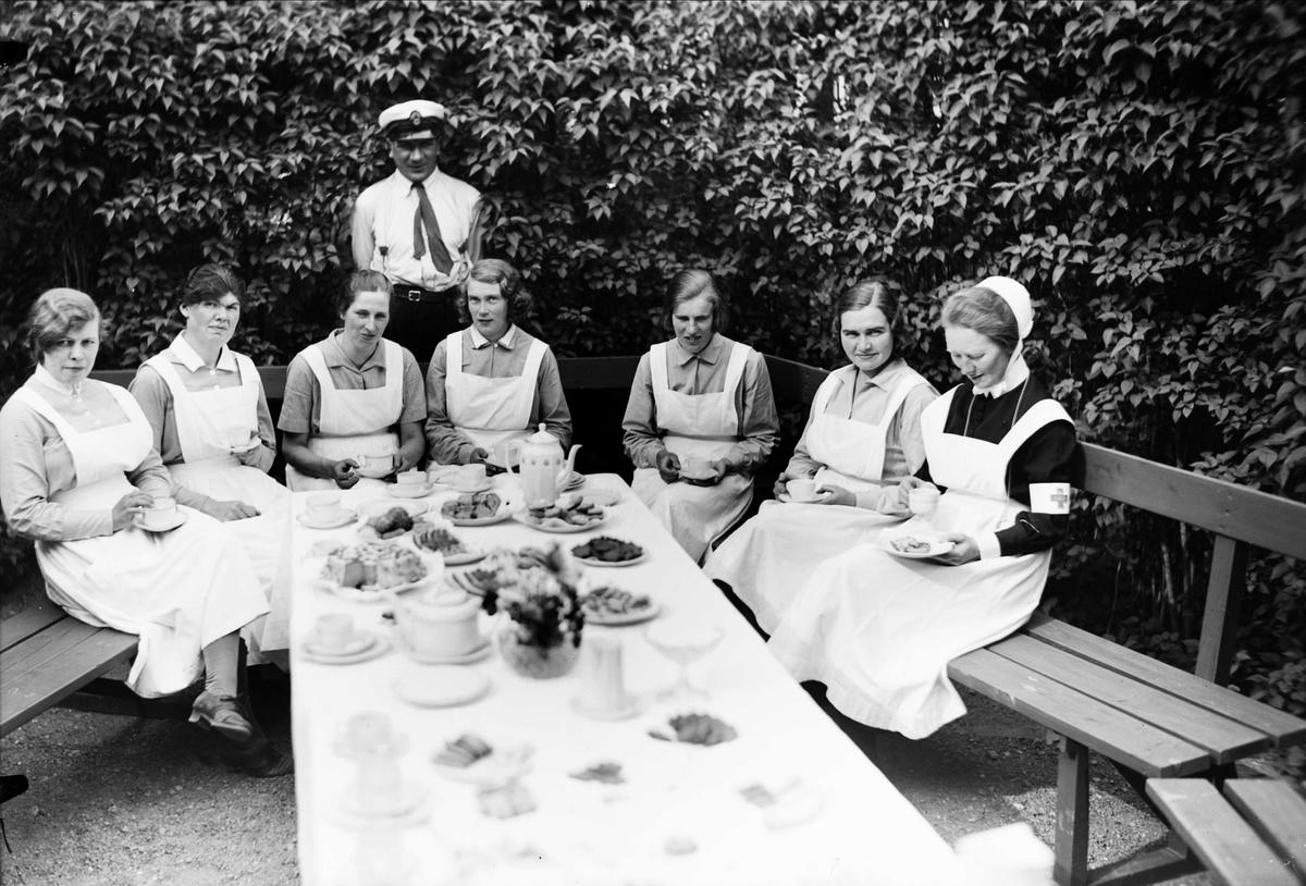 Sjukvårdspersonal har kafferast, sannolikt vid Akademiska sjukhuset, Uppsala 1934