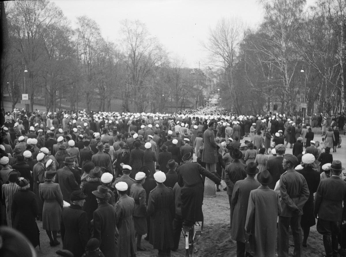 Valborgsmässofirande vid Carolinabacken, Uppsala 1943