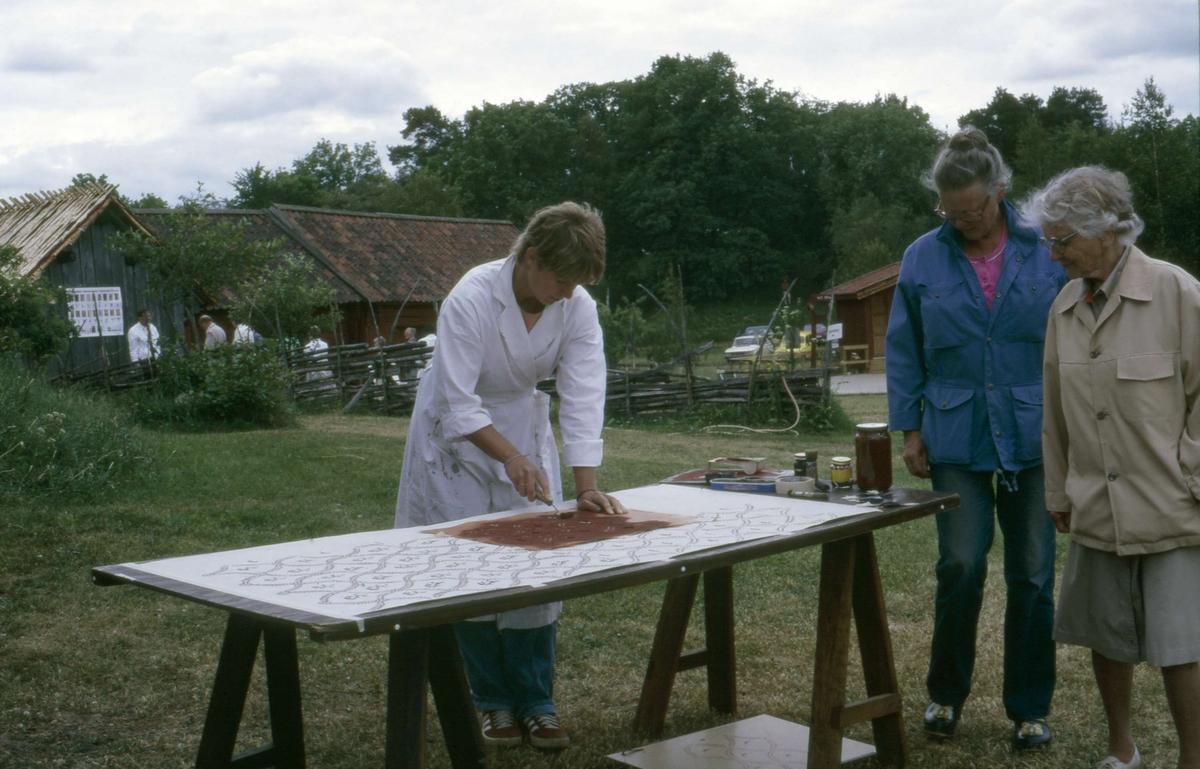 Schablonmålning av tapeter, byggnadsvårdsdag på friluftsmuseet Disagården, Gamla Uppsala 1985