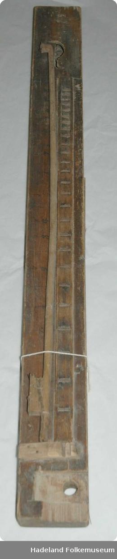 Strengeinstrument, med streng og bue.Her mangler strengen. Rektangulær hul kasse. På oversiden en stav med metalltråder på tvers. Ovenfor staven et hull formet som en bølge. Buen mangler bust.